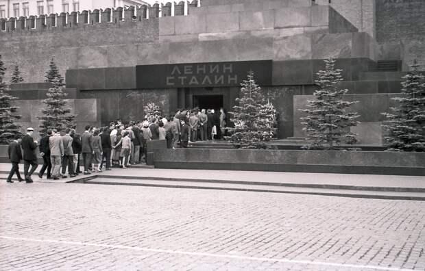 Вынос Ленина вместе с Мавзолеем, репрессии за опечатку и утечка мозгов из Минска