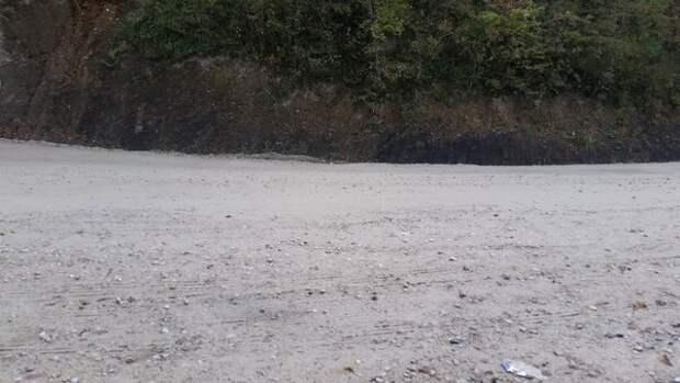 Гравийная дорога на Шаумянском перевале. Дождь шёл ночью, днём уже вполне сухо