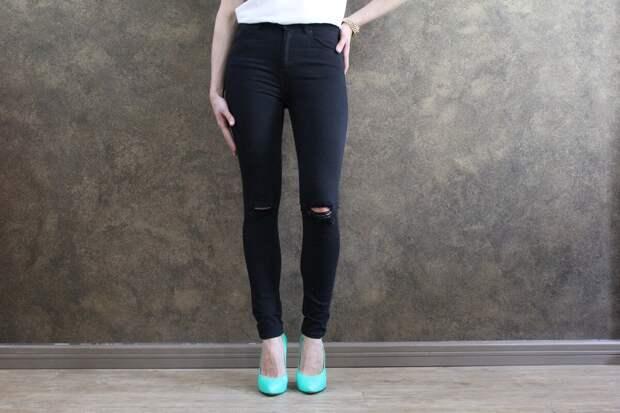 Женщина в узких черных джинсах. /Фото: selcdn.fedsp.com