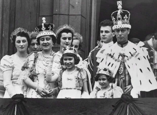 День коронации Георга VI, королевская семья на балконе Букингемского дворца. 12 мая 1937 г.