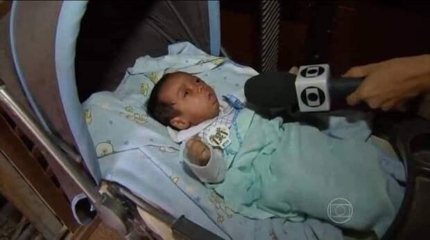 Младенец с микрофоном