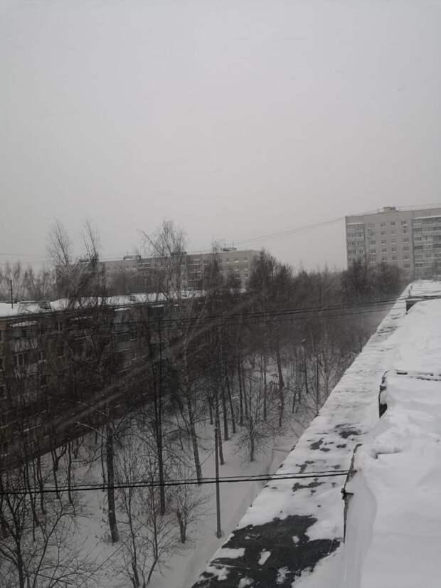 Снег с крыш в Северном счищают специалисты-кровельщики