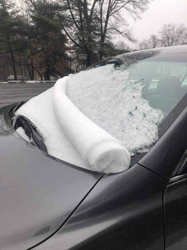 Рулон из снега на автомобиле