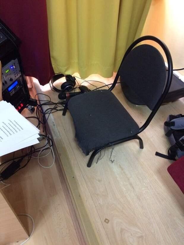 Ничего необычного: стул застрял в ламинате застрял в текстурах, прикол, сбой в матрице, странности, текстуры, юмор