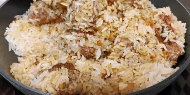 Насыпаю рис в котлеты и заливаю водой, готовлю ужин на одной сковороде