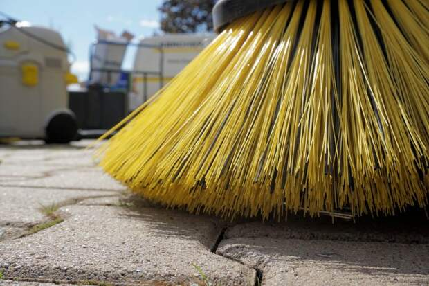 Коммунальщики очистили Беговую улицу от мусора