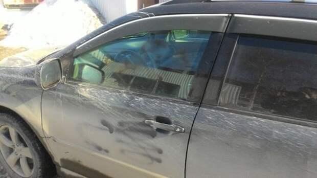 В Новосибирске поймали пенсионерку, портившую припаркованные на газоне машины