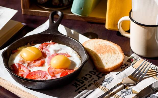 Пять простых и доступных способов сделать привычную яичницу вкуснее