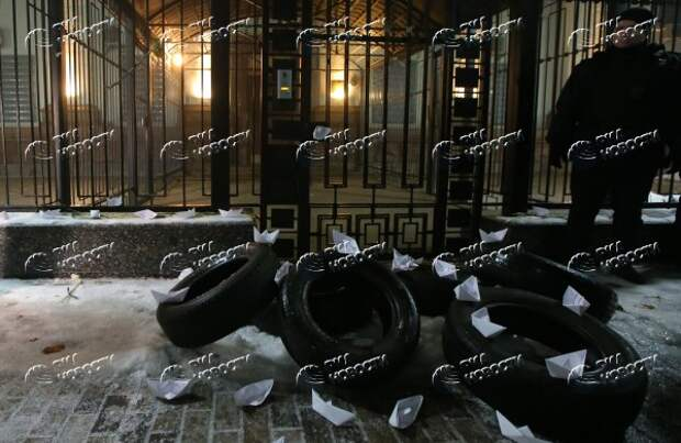 Закидывают посольство РФдымовыми шашками ижгут машины: радикалы устроили погром вКиеве | Продолжение проекта «Русская Весна»