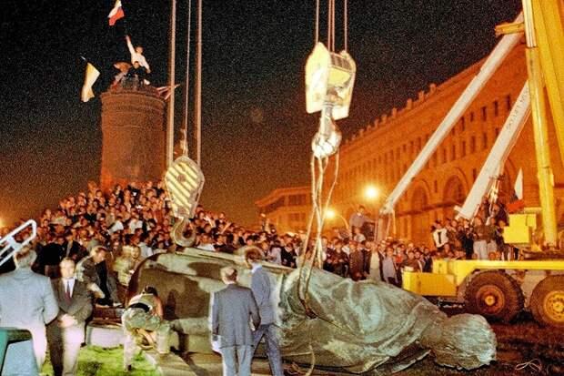 Прокуратура назвала незаконным снос памятника Дзержинскому на Лубянке