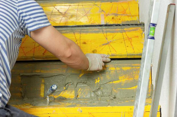 В подъезде дома на Декабристов восстановили поврежденную лестницу