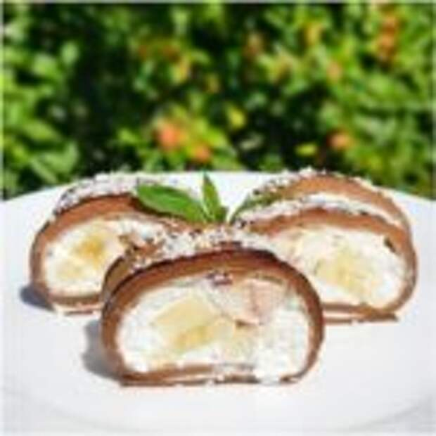 Шоколадный рулет из блинчиков с творожно-фруктовой начинкой.