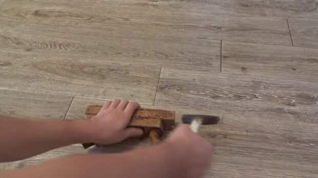 Жизненная хитрость: как просто убрать щели между досками ламината
