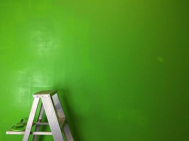 В подъезде дома на Сельскохозяйственной покрасили стены
