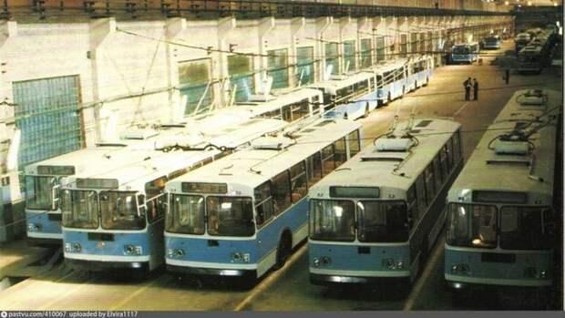 Несмотря на кризис начала 90-х, городской транспорт производился. Новенькие троллейбусы на Заводе им. Урицкого в Энгельсе. история, факты, фото