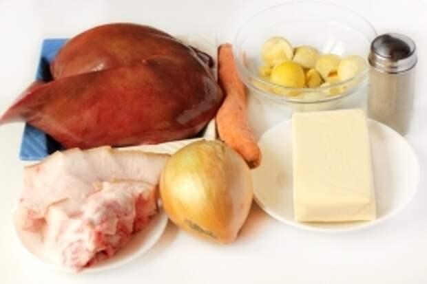 Для приготовления печёночного рулета нам понадобится свиная печень, свежее сало, репчатый лук, морковь, сливочное масло, желтки отваренных яиц, соль, чёрный молотый перец.