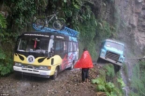 Грузовик чуть не свалился с обрыва, проезжая по очень узкой горной дороге под проливным дождем (Боливия) животные, люди и животные, неудачные моменты, туристы, фейлы