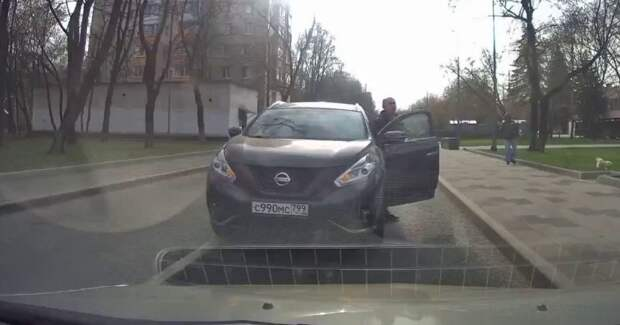 Развелось нынче неадекватов на дорогах: водитель бросил свой кроссовер посреди дороги