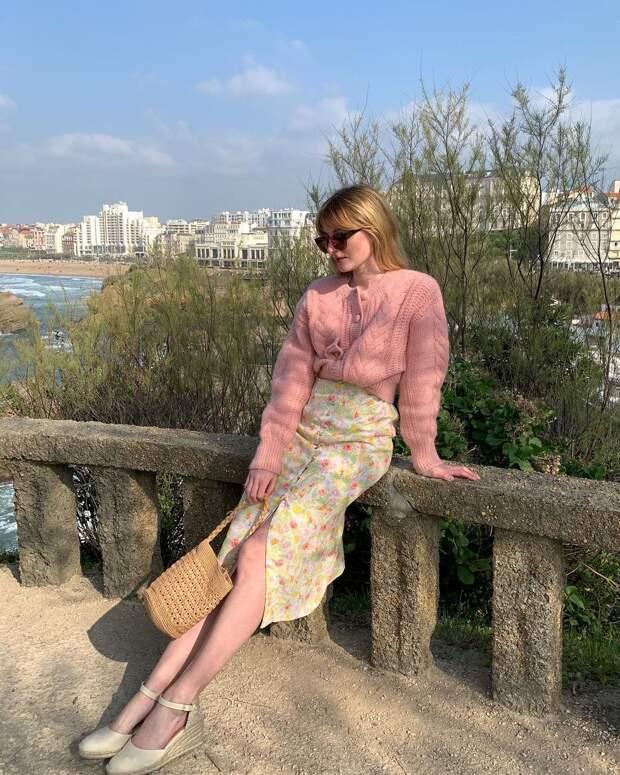 В апреле носите летние платья с уютными кардиганами, как француженки