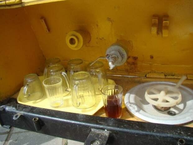 Почему в СССР все пили квас и газировку из одного стакана и не было НИКАКИХ эпидемий?