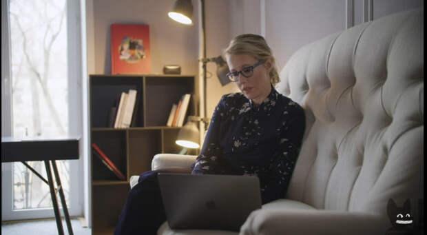 ксения собчак сидит на диване с ноутбуком