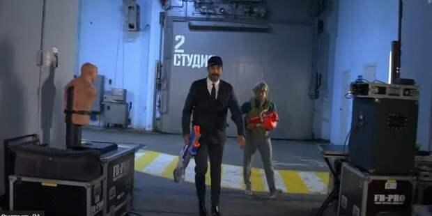 Ургант показал пародию на Лукашенко с автоматом