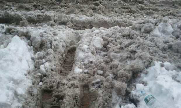 Центр Владивостока завалили грязным снегом