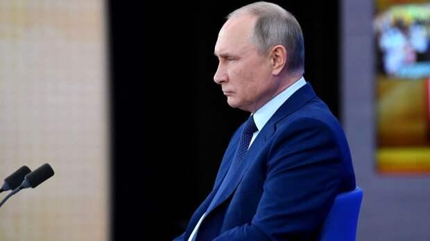 Путин стоя почтил память жертв трагедии в казанской школе