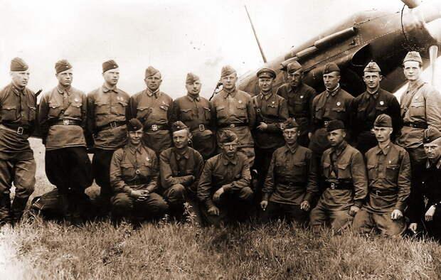 Лётчики 148-го ИАП сражались на «Чайках» до 8 августа 1941 года, когда полк вывели в тыл, переформировали по новому штату и перевооружили истребителями МиГ-3. На фото, сделанном в это время, личный состав полка с первыми боевыми наградами. Войну полк закончил примерно там, где и начинал — в 1945 году лётчики 148-го ИАП на «Яках» помогали громить блокированную группировку вермахта в Курляндском котле - «Сталинские соколы», которые никуда не улетали   Warspot.ru