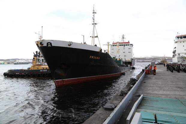 Торжественная встреча танкера «Вязьма» и буксира «Николай Чикер» из дальнего похода