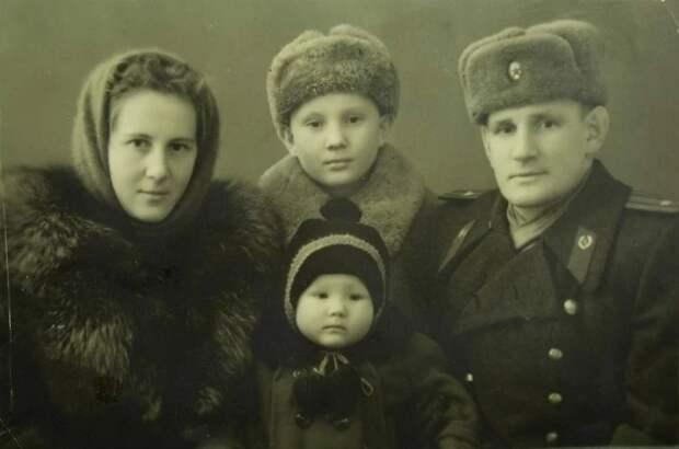 Степан Неустроев с женой и детьми. Фото: из личного архива родственников Степана Неустроева.