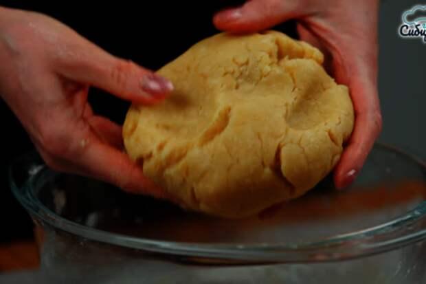 Луковый пирог с куриными яйцами и сыром в духовке: фото шаг 3