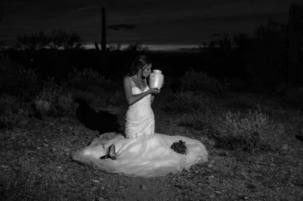Девушка «вышла замуж» за мертвого жениха: свадебный фотосет, который не оставит никого равнодушным