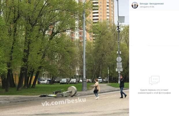 На перекрестке 800-летия Москвы и Дмитровки ветер свалил дорожный знак