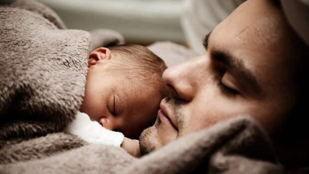 В РФ хотят давать отцам отпуск после рождения ребенка