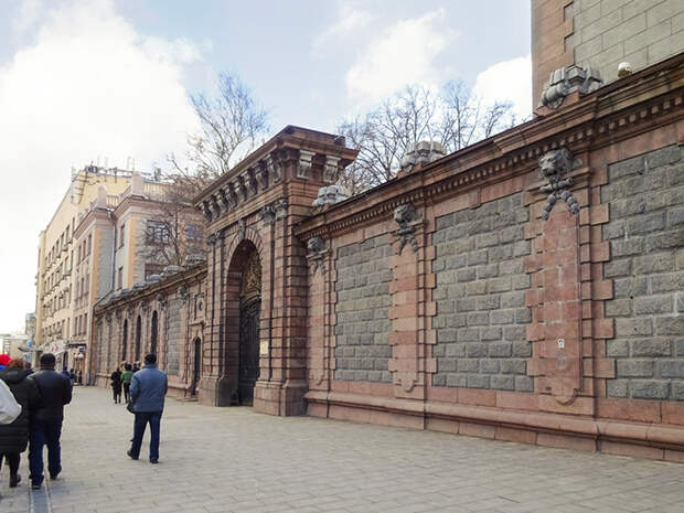 Площадь Трех вокзалов, Капитанская слободка и поиски сокровищ