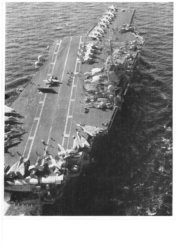 1) Палуба Китти Хок, 2) Танкер, 3) Авианосец и танкер (прокрутите фото, нажав на стрелку справа)