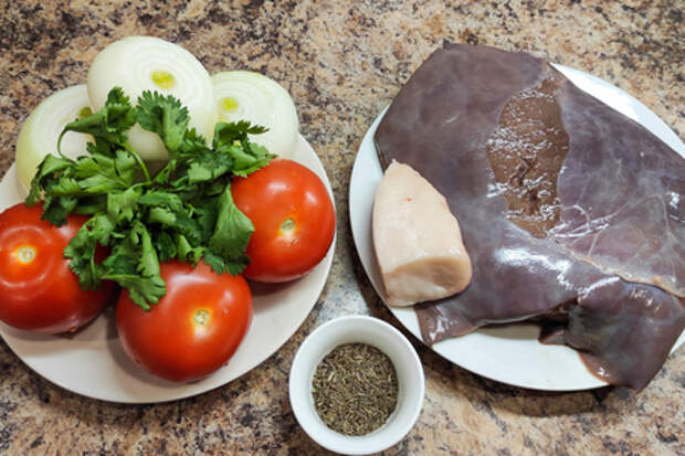Говяжья печень с помидорами в казане: фото шаг 1