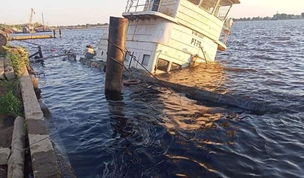 ВКазани судно ушло под воду. Нефтепродукты попали вВолгу