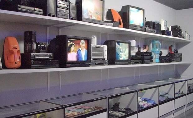 2. Там продавали технику, книги, пластинки - и все преимущественно дефицитное 90-е, комок, ларек, магазины 90-х, ностальгия