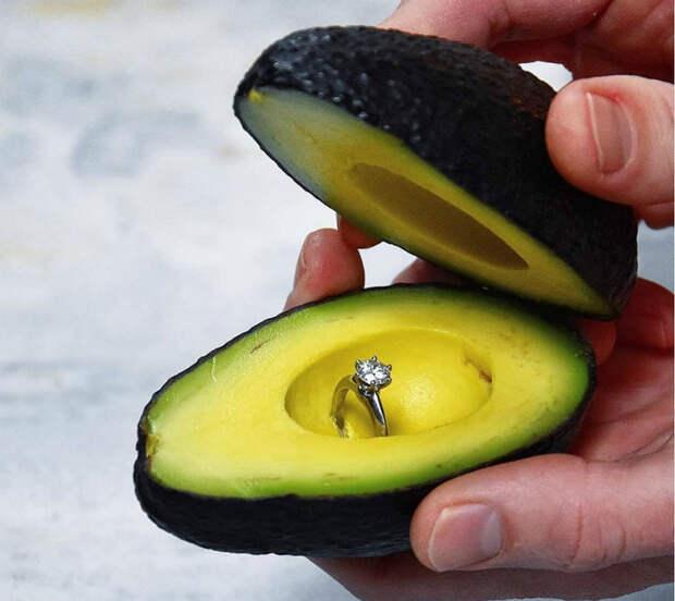 Авокадо с драгоценной начинкой.