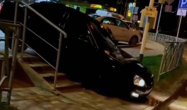 Автохам натонированной машине проехался по пешеходной лестнице вСтаврополе