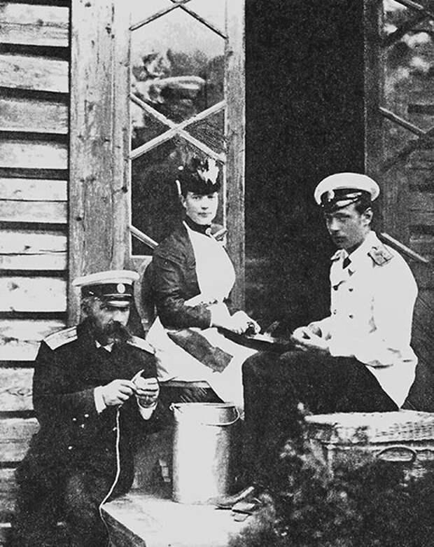 Императрица Мария Федоровна и Георгий чистят картофель.
