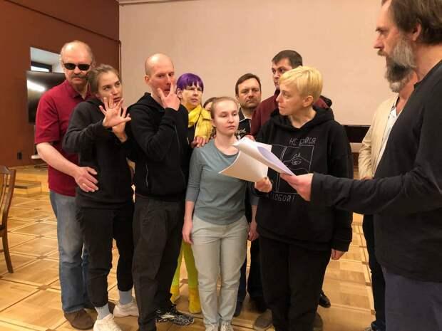 Спектакль со слепоглухой актрисой «Прикасаемые» возродили после пандемии