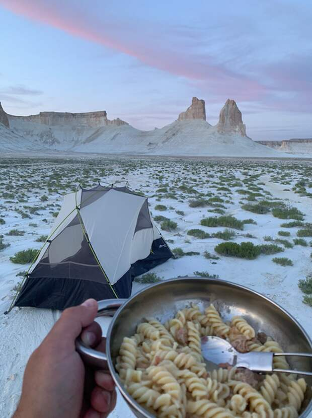 Обед с видом на скалы.