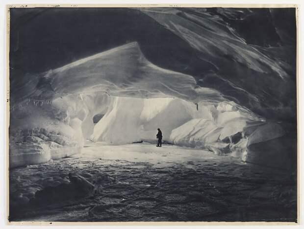 Ледяная пещера в заливе Содружества, приблизительно 1912 год Австралийская антарктическая экспедиция, антарктида, исследование, мир, путешествие, фотография, экспедиция
