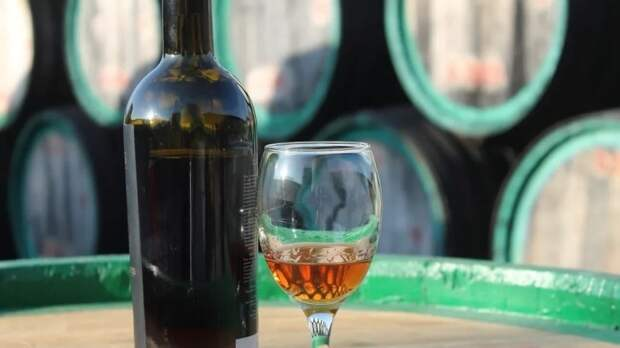 Ценители элитного алкоголя похитили из магазина в Петербурге четыре бутылки вина