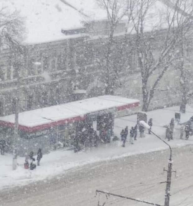 Замерзшие симферопольцы ждут транспорта по 40 минут