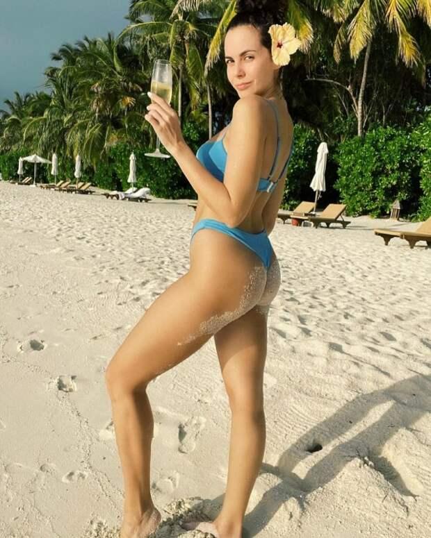 Настя Каменских в синем купальнике на пляже