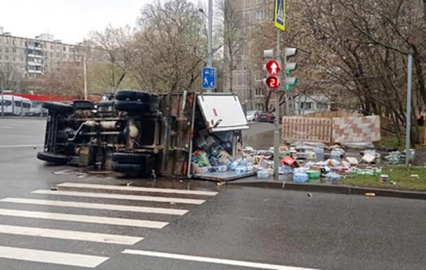 Перевернувшийся на востоке Москвы грузовик попал на видео